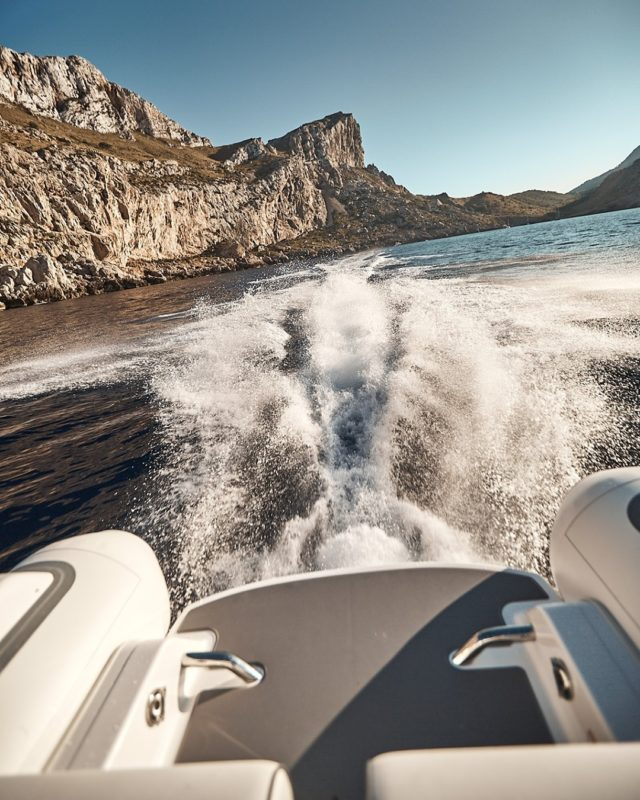 The wake of a SportJet at full throttle is a glorious sight. Equipped with a BRP Ace 1603  producing 200hp means exhilarating tops speeds and acceleration. #WilliamsJetTenders  . . . #yacht #yachtlife #yachting #yachts #superyacht #yachtclub #yachtlifestyle #luxuryyacht #megayacht #yachtworld #yachtinglifestyle #yachtinglife #superyachts #yachtweek #yachtstyle #yachtingworld #luxuryyachts #instayacht #yachttender #superyachtlife #yachtieworld #theyachtweek #boatlife #boats #boating #boat #boatinglife